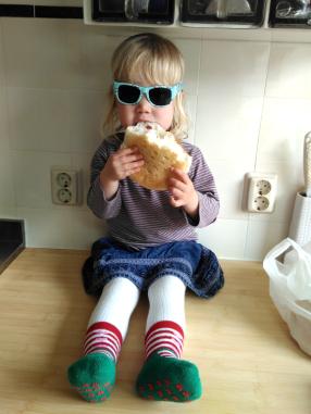 Peuter eet brood op het aanrecht vintage keuken