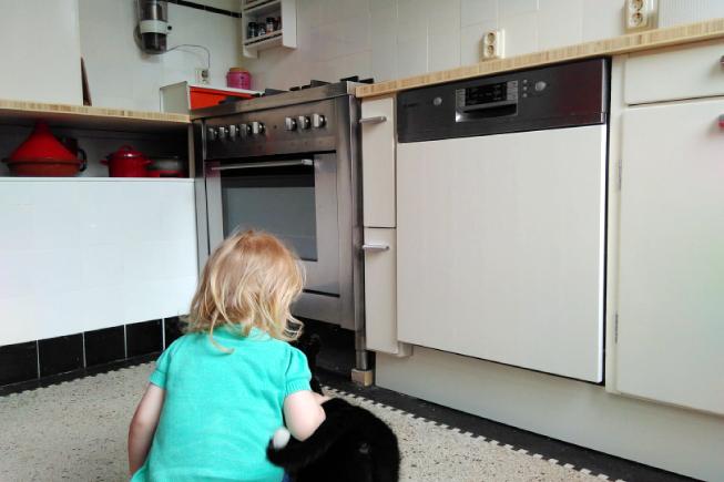 Vintage keuken met meisje en poes