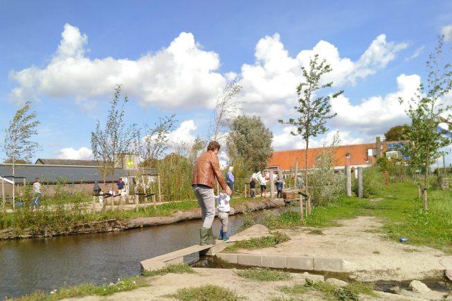 Vader en kind lopen door de OERRR speelnatuur bij boerderij Schieveen