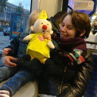 Moeder en kind in tram in Amsterdam