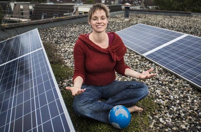 Iris Eva op haar dak met zonnepanelen