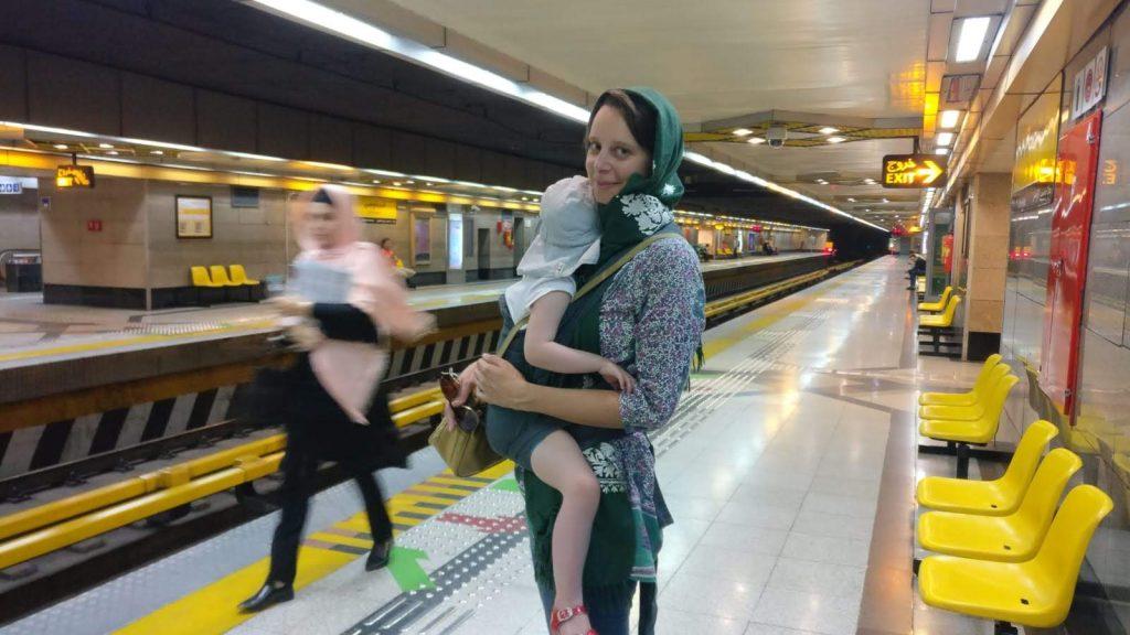 Vrouw met kind in metro van Teheran in Iran.