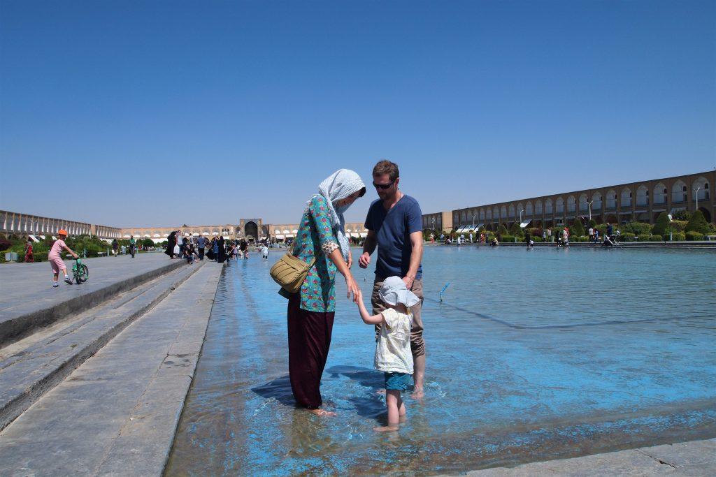 Gezin in vijver van Imam square in Isfahan