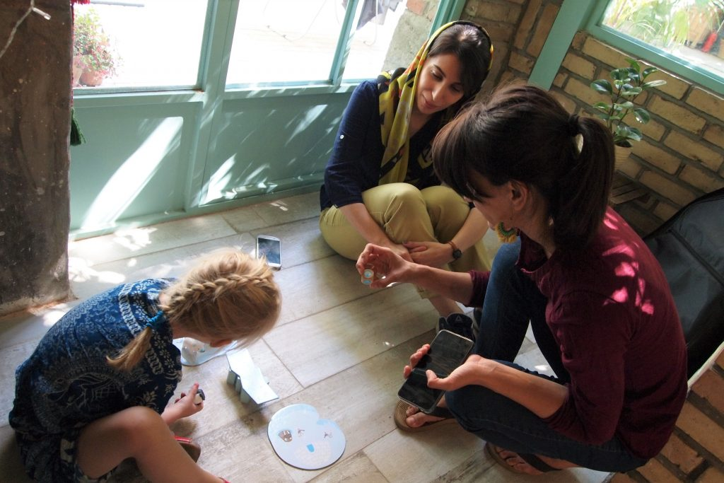Kind speelt spelletje met meisjes