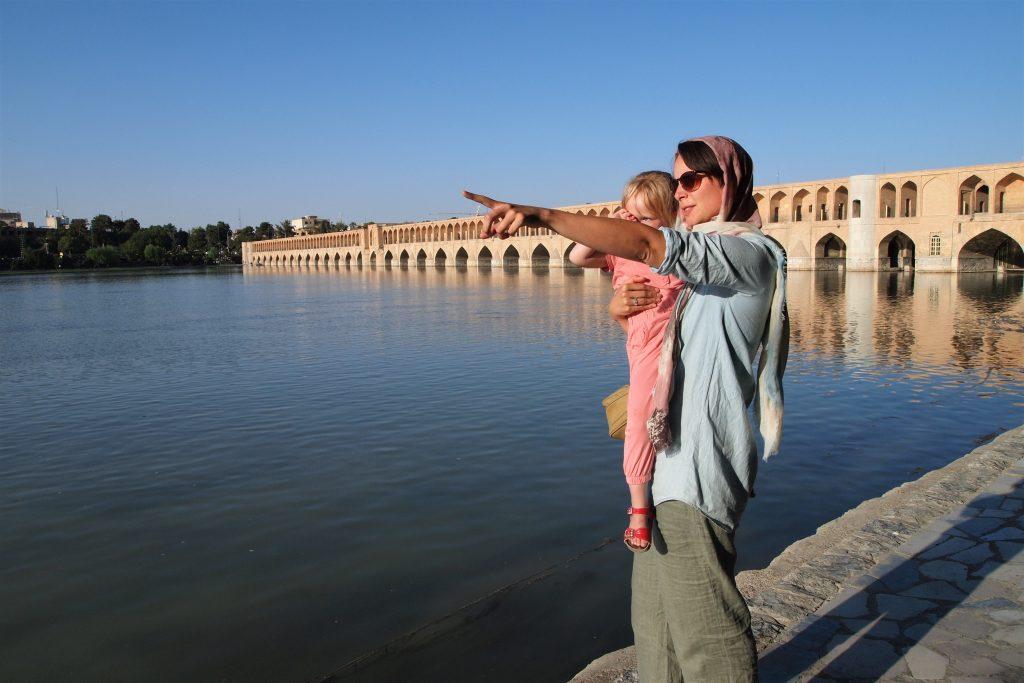 Vrouw en kind bij brug van Isfahan