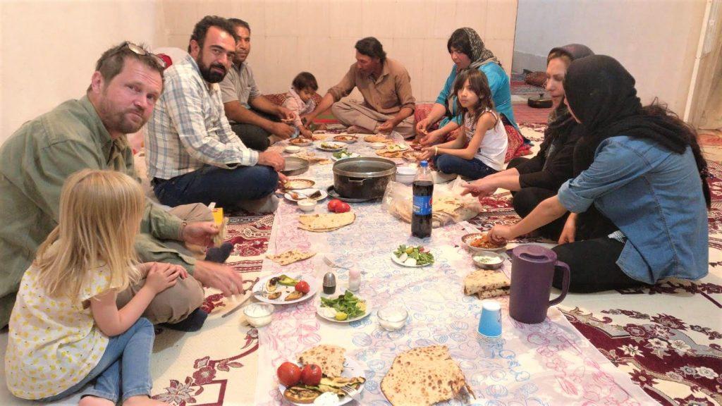 Avondeten bij nomadenfamilie in Iran