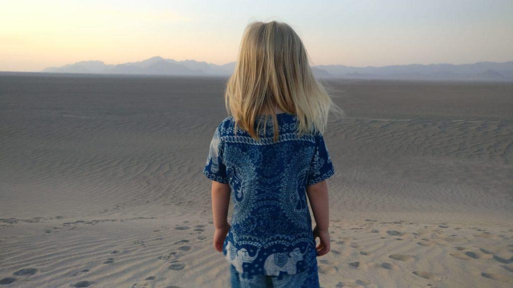 Meisje in de woestijn van Iran